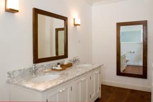 Atlantis Hotel coastal view bathroom