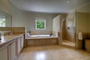 Stanford House villa bathroom