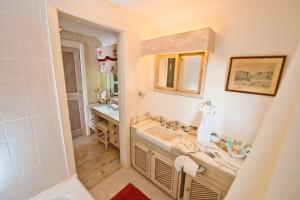 Mullins Mill bathroom 1